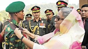 Sheikh Hasina décorant un cadet.