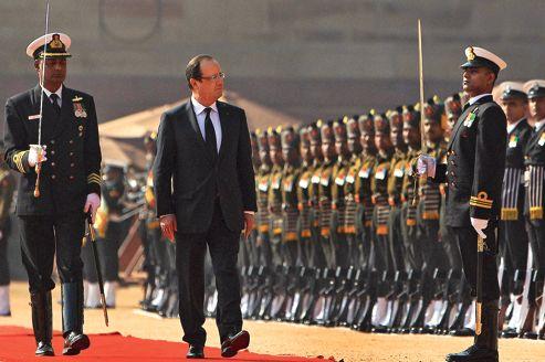 Hollande passe devant la garde-présidentielle indienne sur la route qui le mène de Gandhi à la vente d'arme.