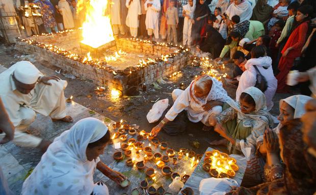 Au sanctuaire où des femmes allument des bougies pour recevoir la bénédicition de Dieu.