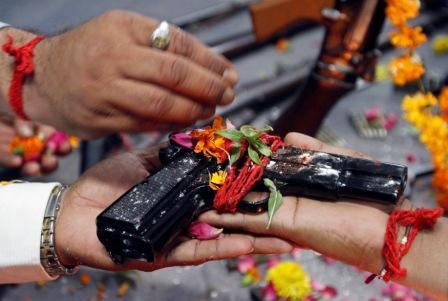 Bénédiction hindoue d'une arme en Inde