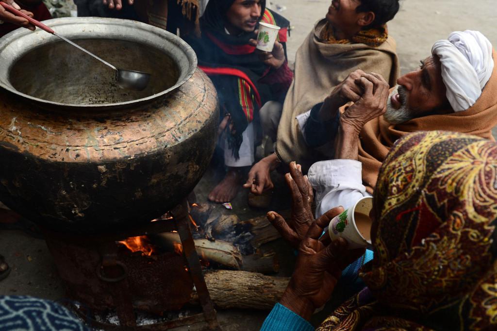 C'est l'heure du thé dans une petite échoppe des rues de Karachi.