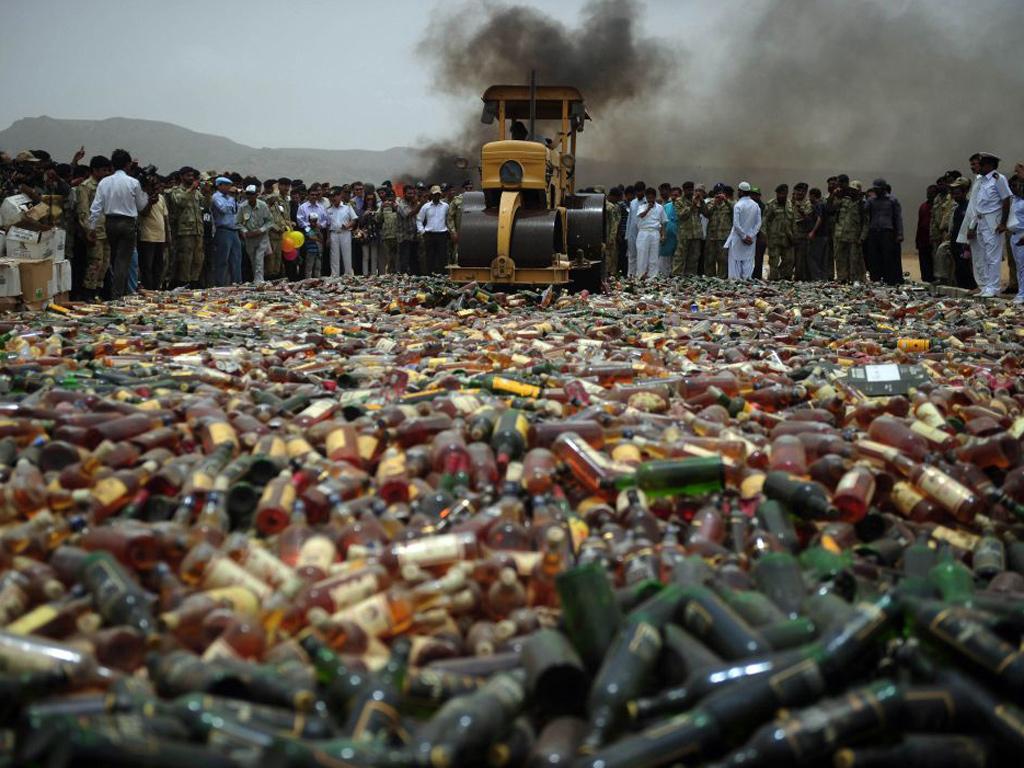 Destruction de Phensedyl au Pakistan où 2 millions de bouteilles ont été saisies l'an dernier.