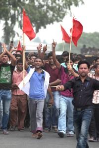 Drapeaux rouges en tête, les ouvriers du textiles réclament justice.