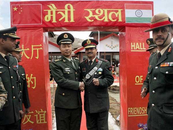 Indiens et Chinois à la porte de l'amitié sur la frontière.