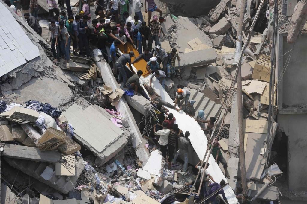 Pour évacuer les blessés, des tobogans ont été montés avec des rouleaux de tissu.