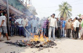 Les manifestants ont brûle d'importantes quantités de soie.
