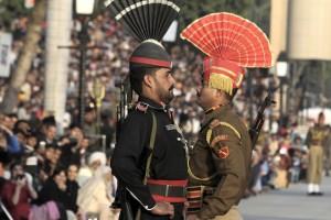 L'Inde et la Pakistan en face à face au poste frontière de Wagah.