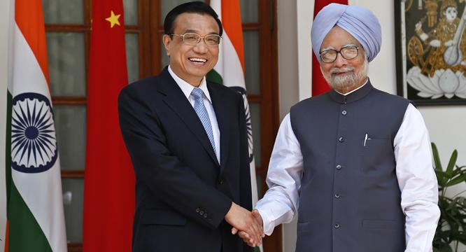 Une poignée de main entre les 2 premiers ministres tournée vers l'avenir.