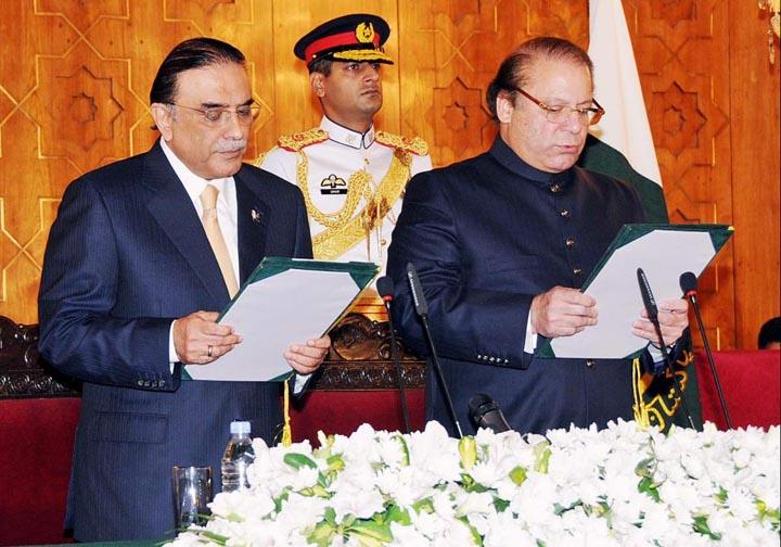 Avant de céder sa place, le président Asif Ali Zaradri (à gauche) fait prêter serment au nouvel homme fort du Pakistan, Nawaz Sharif.
