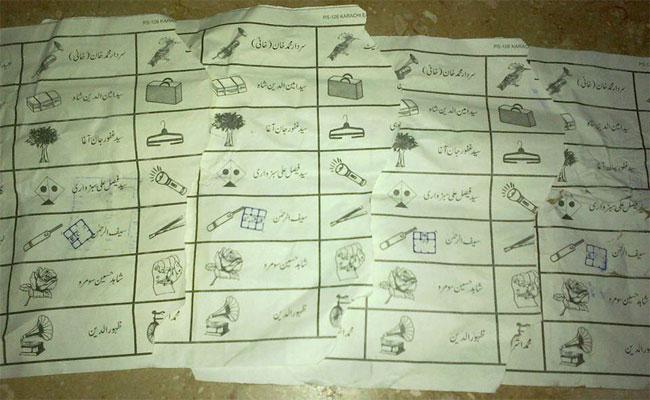 Cette image de bulletins de vote pour le parti PTI jetés dans les rues de Karachi à fait le tour de la terre via Twitter.