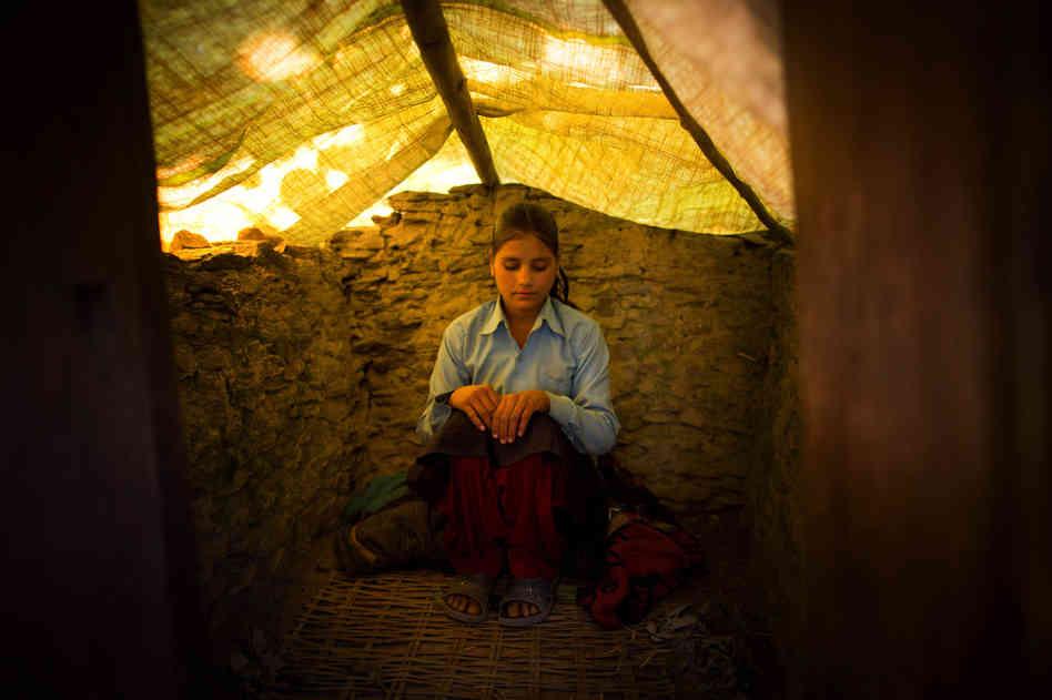 Dans l'hindouisme traditionnel, les femmes sont isolées du reste de la société et logent dans des petits abris durant leurs règles.