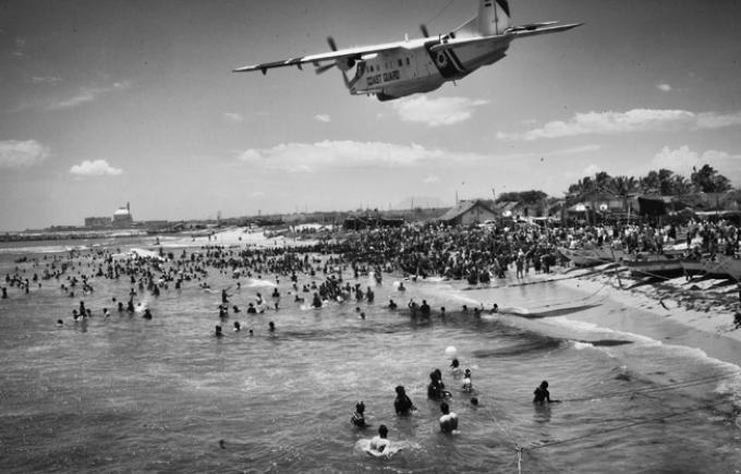 Un avion des gardes-côte indiens survole la plage où se concentrent les manifestants contre le projet de centrale nucléaire.