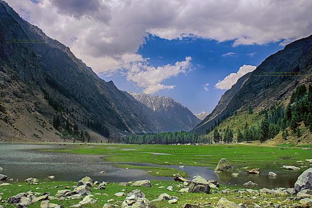 Au milieu des montagnes, le lac Mahudand, un des sites du festival.