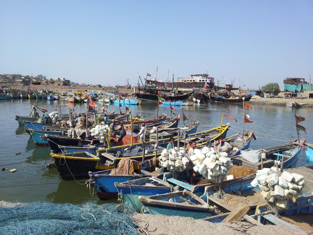 Pêcheurs indiens dans un port du Gujarat.