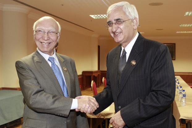 Une poignée de mains attendue depuis quelques mois entre l'Inde (à droite) et le Pakistan (à gauche).