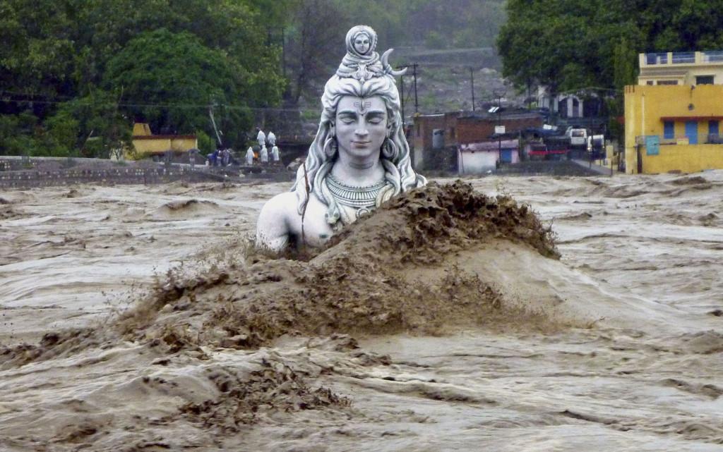 Une statue de Shiva submergée par les eaux en Uttarkhand.