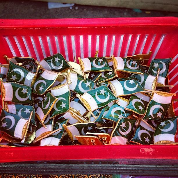 Des badges-drapeaux que l'on s'arrache pour une poignée de centimes.