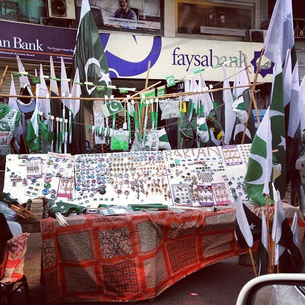 Les étals vendant des objets patriotiques fleurissent dans les rues de Karachi.