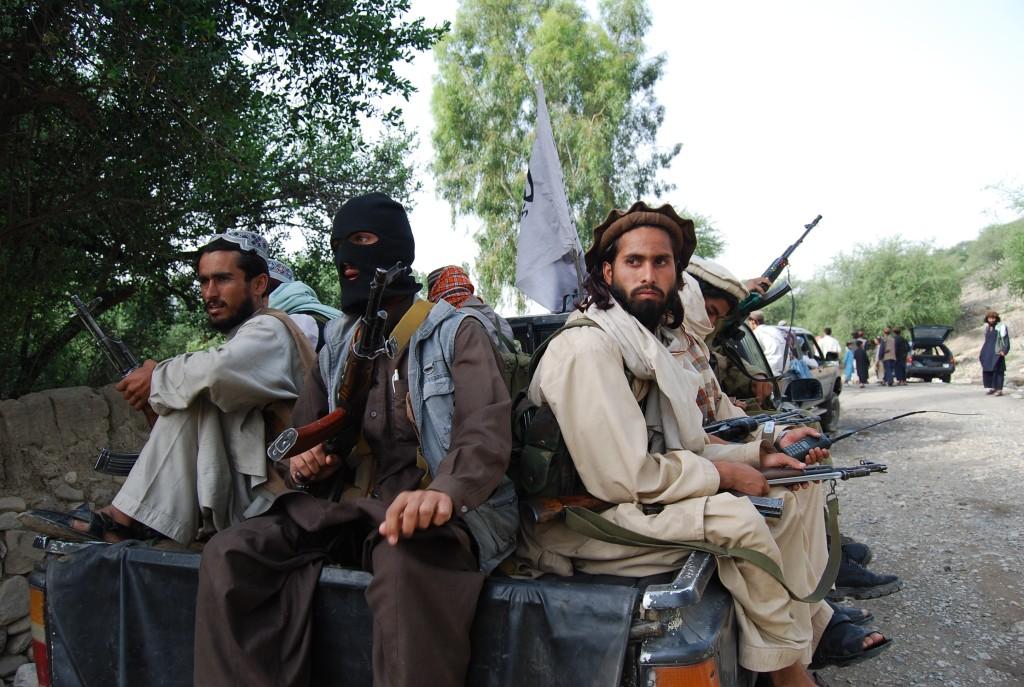 Militants du TTP patrouillant dans le Waziristan à la frontière avec l'Afghanistan.