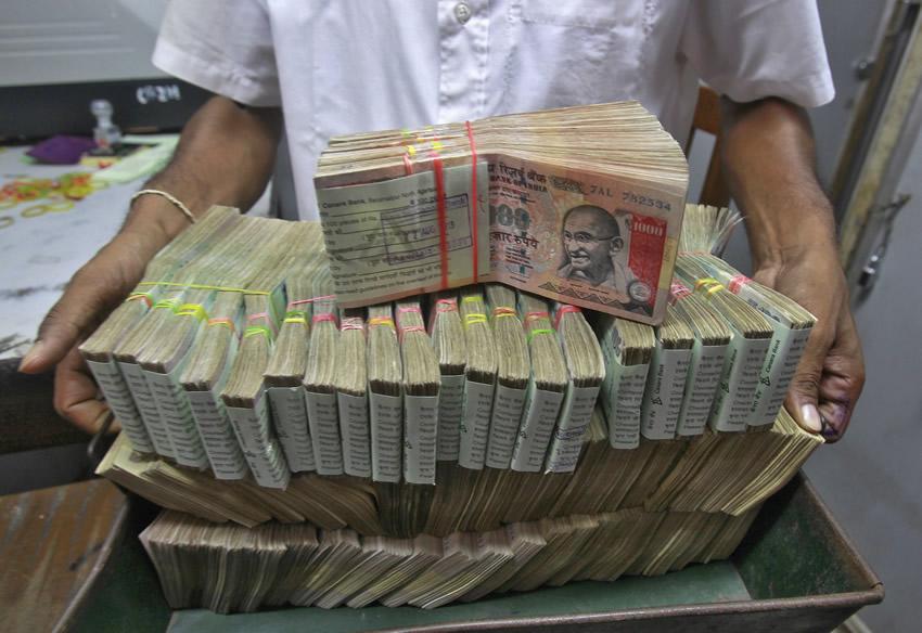 Des brassées de roupies qui ne cessent de dévaluer face aux autres devises.