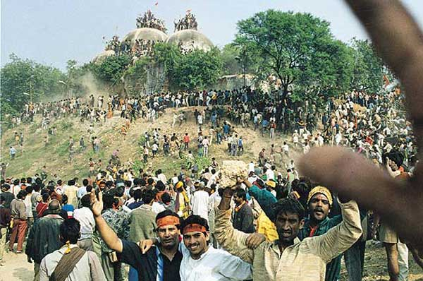 Destruction de la mosquée d'Ayodhya en 1992.