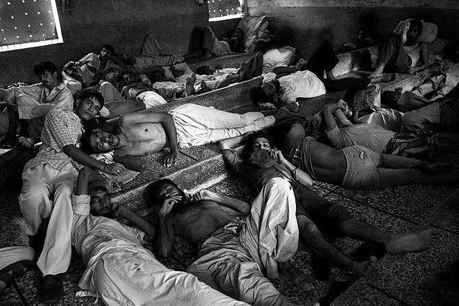 Des accrocs à l'héroïne dans le centre de désintoxication de Edhi à Karachi.