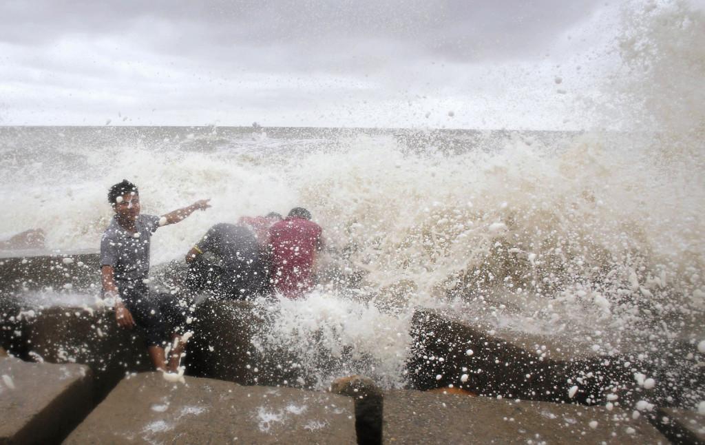Les vagues de la Baie frappent les populations avant l'arrivée d'un cyclone.
