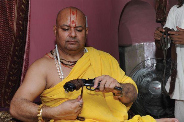 Le saddhu Mahant Janmejai Sharan et son flingue, tous deux semblent avoir tremper dans assassinat du maitre du premier.