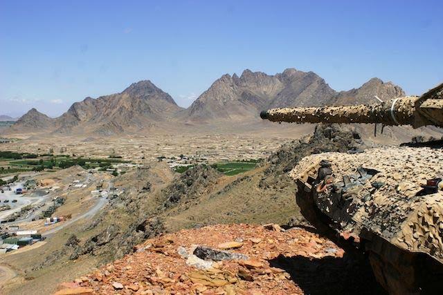 Un char domine une vallée du Panjwai